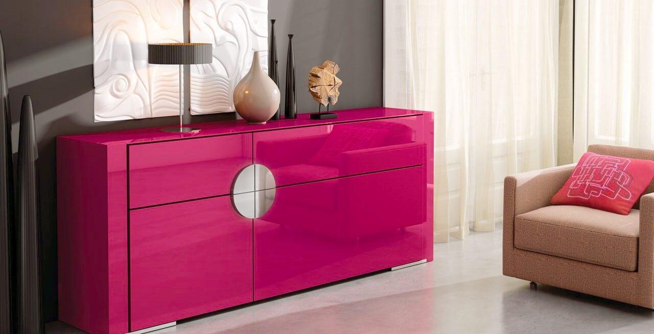 Длинный комод розового цвета