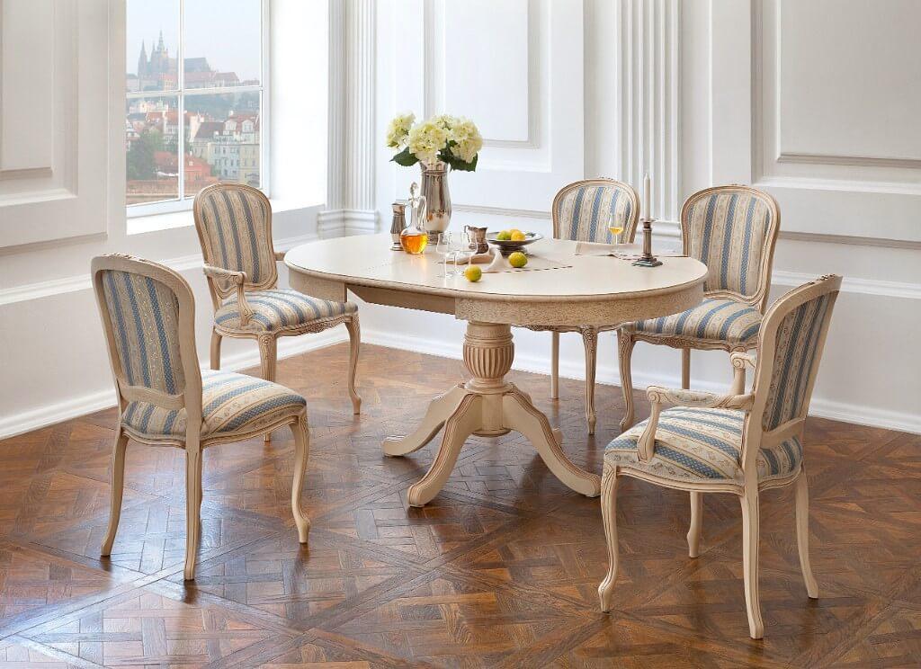 Обеденные стулья на деревянном каркасе